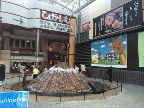 近鉄奈良駅前の広場の看板。公式キャラの「りにまね君」はいるけど非公認「リニー君」はいない