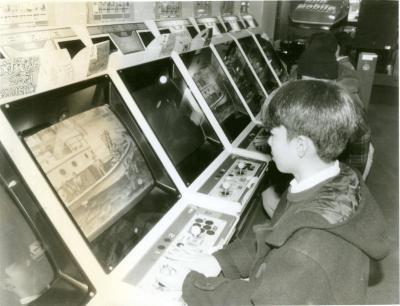 ゲームセンターでゲームに熱中する少年=1992年12月23日