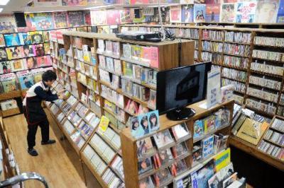 ディスクユニオン昭和歌謡館。壁一面がレコードジャケットで埋め尽くされている=東京・新宿