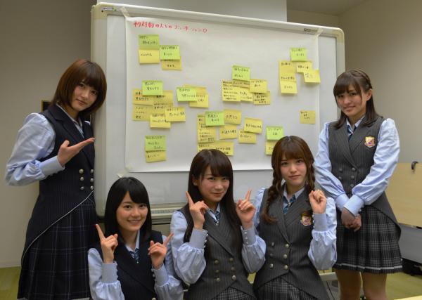 握手会で学んだことについて意見を出し合った乃木坂46のメンバーたち=加藤勇介撮影