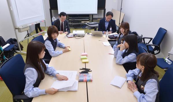 握手会で学んだことについて意見を出し合う乃木坂46のメンバーたち=瀬戸口翼撮影