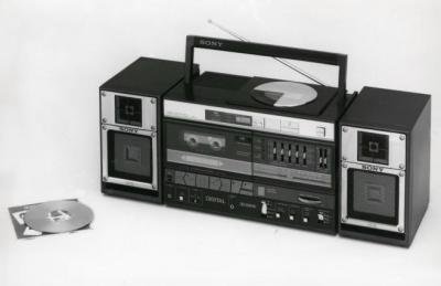 ソニー製のCDラジカセ。かつてのミックステープ文化は、いまプレイリストとして瞬時にシェアされる存在に