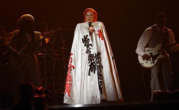 グラミー賞で故デヴィッド・ボウイを追悼するパフォーマンスを披露したレディー・ガガ