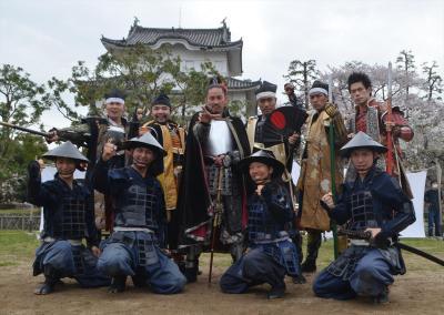 お城の前でポーズを取る「名古屋おもてなし武将隊」=2015年4月4日、名古屋市中区