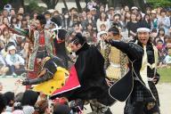 2012年5月20日、名古屋城でパフォーマンスを披露する武将たち。今回、異例の求人が出たのは「信長」と「清正」