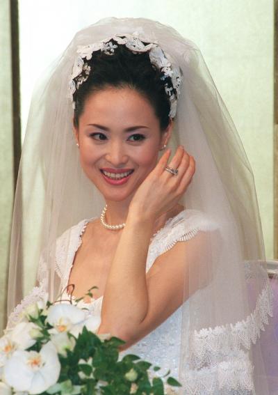 再婚し、記者会見で指輪を見せる松田聖子さん=1998年5月25日、東京都内のホテルで