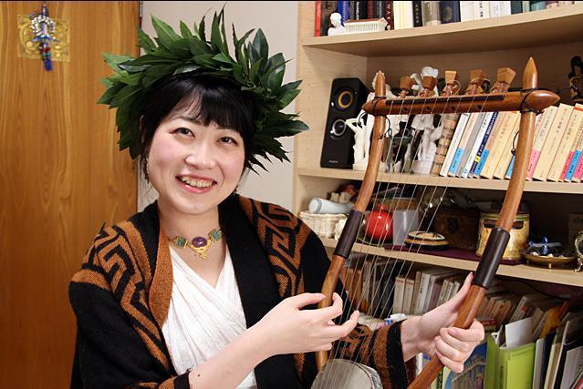 古代ギリシャ・ギリシャ神話研究家の藤村シシンさん。手にもっているのは亀の甲羅で作られた、古代ギリシャの竪琴のレプリカ