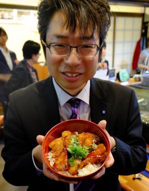 「この夏はブリ焼き肉丼をぜひ食べてほしい」と話す有路准教授=大阪市中央区