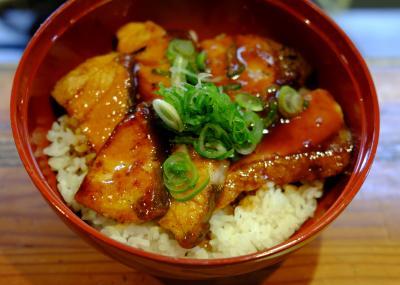 においはまるでカルビ丼。目をつぶって食べたら、ブリとは気づかないかも=大阪市中央区