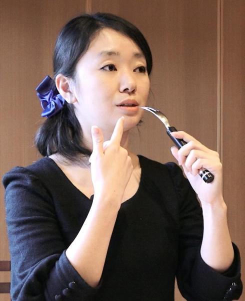電気味覚フォークの仕組みを説明する中村さん=佐藤正人撮影