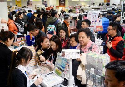 中国からの買い物客でにぎわう電器店=2016年1月6日