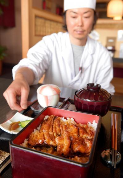 脂が乗った「ナマ重」。お値段はウナギの半値近くだ=奈良県大和郡山市の「うなぎの川はら」、竹花徹朗撮影