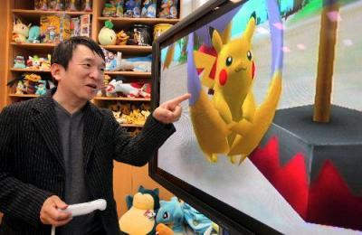 ポケモンシリーズのゲームを試すポケモン社長・石原恒和さん=2009年11月4日