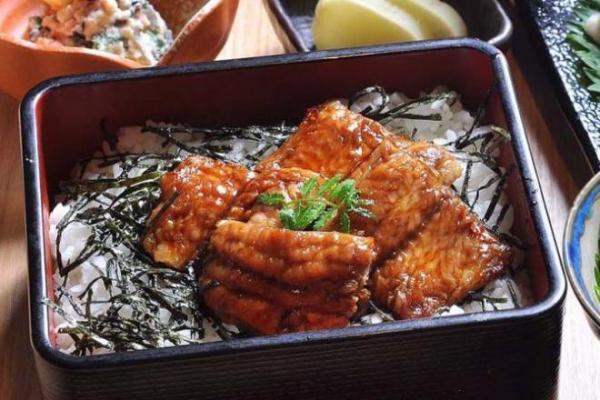 近大水産研究所で特別に提供される「うなぎ味のナマズ御重」。税込み2200円也=近畿大学提供