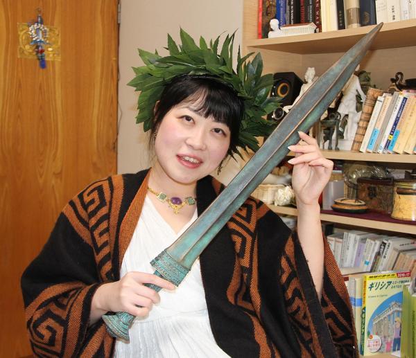 剣のレプリカを持つ藤村シシンさん