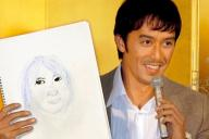 自筆の女性の似顔絵とともに結婚会見する阿部寛さん=2007年11月20日、東京都港区で