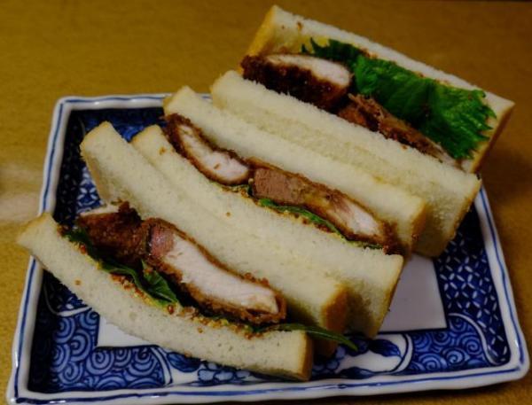 ブリカツサンド。ソースとマスタードの味付けで、見た目も味も魚っぽさがない=大阪市中央区