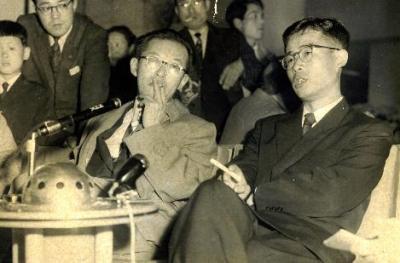 米エルズワース南極基地建設隊に派遣され帰国した木下是雄・学習院大学教授と出迎えた永田武隊長(左)=1957年4月23日、東京・羽田空港