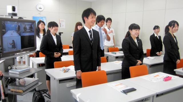 早朝の就活セミナーに参加する大学生=2011年9月15日