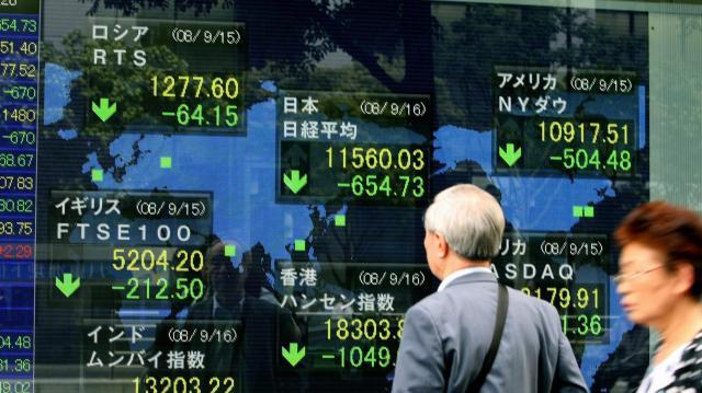 米リーマン・ブラザーズの破綻を受け、急落した東京株式市場=2008年9月16日、東京都中央区八重洲2丁目、樫山晃生撮影