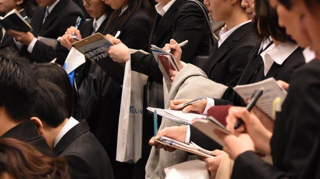 就活イベントで熱心にメモを取る学生たち