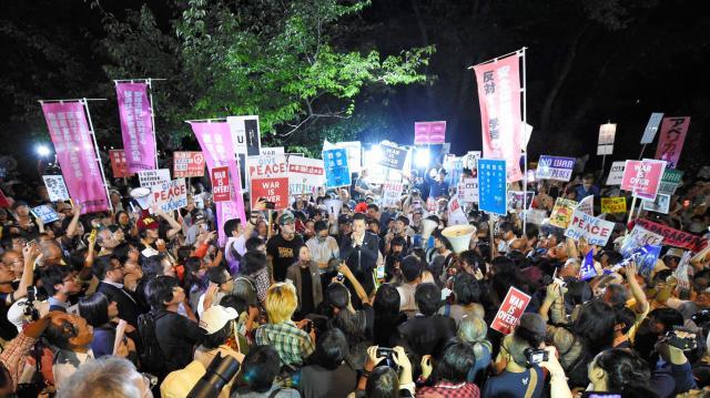 安保法案の廃案を求めて国会前で声を上げる学生団体「SEALDs」メンバーら=2015年9月15日、東京・永田町、井手さゆり撮影