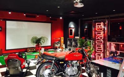 バケットシートやバイクがディスプレーされるディーズガレージの店内