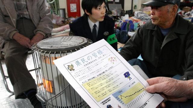 「あらぬうわさが飛び交っています」と注意を呼びかけるビラが避難所で配られた=2011年3月25日、仙台市宮城野区の岡田小学校