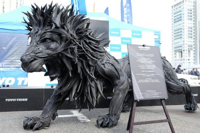 使われなくなったタイヤで作られた「THE LION」