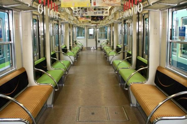 座席が昇降する5000系の内部