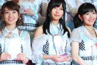 選抜総選挙開票後のフォトセッションで笑顔を見せる1位の指原莉乃さん、2位の大島優子さん、3位の渡辺麻友さん。「恋チュン」は指原さんの代表曲=2013年6月8日