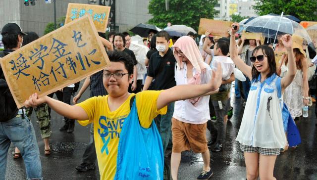 給付型奨学金や学費無償化を訴えデモで「勉強をさせろ」と叫ぶ学生たち=2013年7月14日