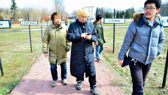 チェルノブイリのメモリアル公園を見学する東浩紀さん、津田大介さん、開沼博さん(左から)=2013年4月11日