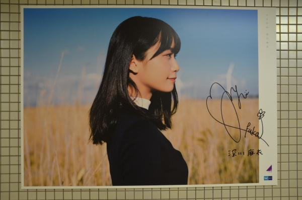 乃木坂駅に展示された、乃木坂46の大型パネル