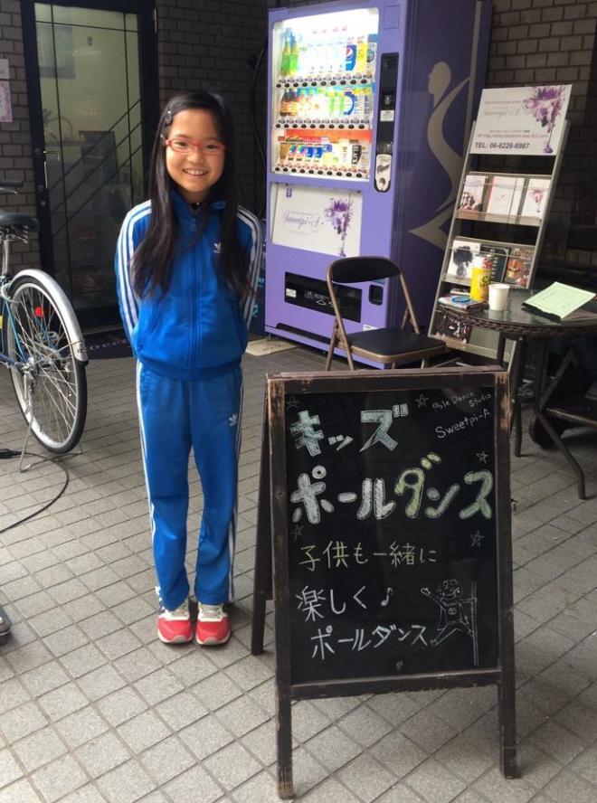 志乃さんが通っているポールダンススタジオ前で。普段はザ・小学生ですが、ステージに立つと「本当に同一人物なの?」というくらい表情が変わります