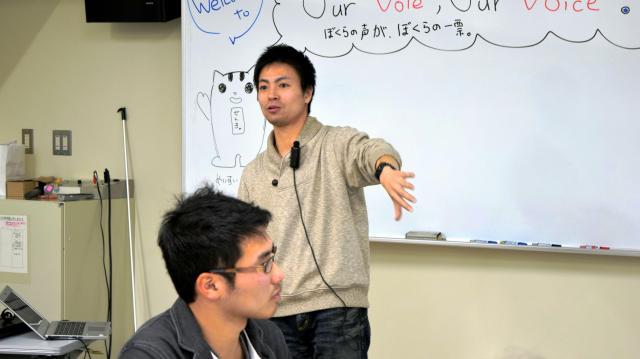 「若者と政治をつなぐ」の演題で講演する原田謙介さん=2015年1月21日
