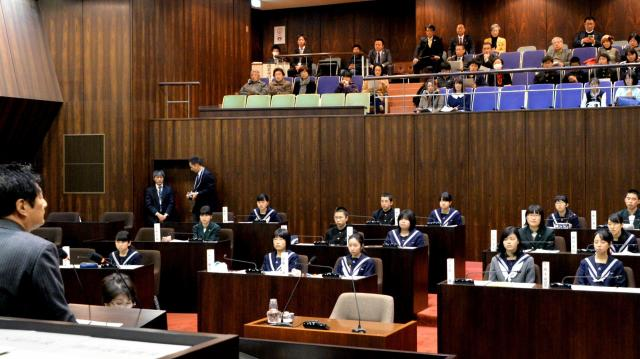 市長のあいさつを聞く中学生「議員」=2016年2月11日、福岡県行橋市
