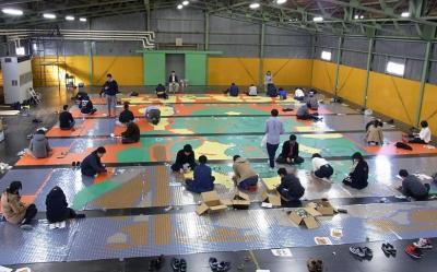 40人が倉庫に集まり、78400枚のシールを貼っていった