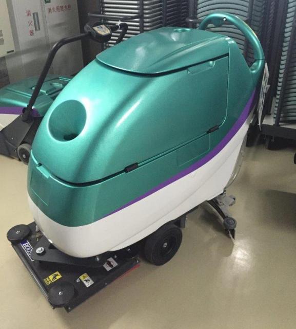北海道新幹線の車体と同じ床洗浄機
