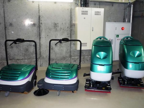 北海道新幹線の車体と同じ色の除塵機と床洗浄機