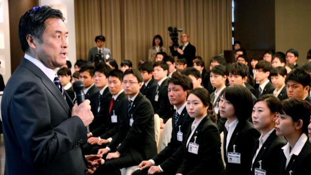 ローソンの入社式では、新入社員を前に玉塚元一社長(左)が訓示した=2016年4月1日、東京都港区