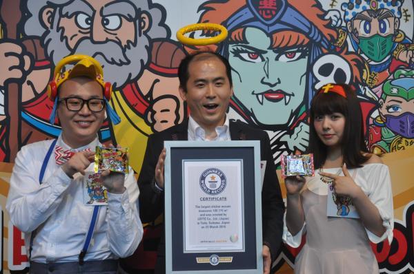 ギネス世界記録の認定書を受け取るトレンディエンジェルの斎藤司さん(中央)