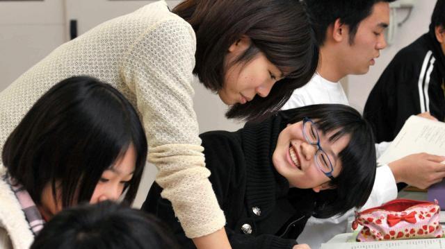 キッズドアの無料塾「タダゼミ」。中学生が大学生の講師に質問をしていた