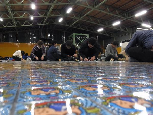 シール78400枚分の「スーパーゼウス」制作風景