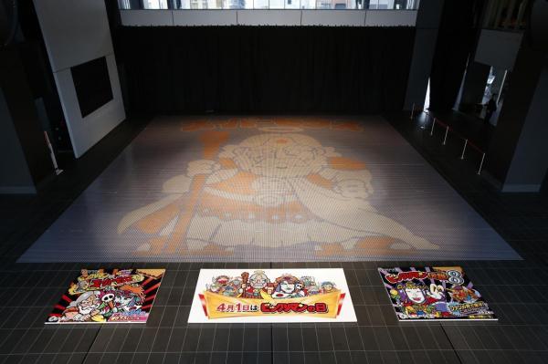 78400枚のシールで制作した一辺13.4mの「スーパーゼウス」