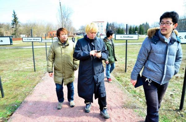 メモリアル公園を見学する東浩紀さん、津田大介さん、開沼博さん(右から)=2013年4月11日、チェルノブイリ