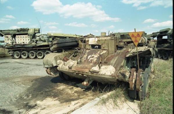 1991年4月23日当時のチェルノブイリ。野ざらしのままの軍用ブルドーザーやトラクター。除染作業に使われていたが「核の墓場」がいっぱいで、87年から約20台が放置されたままだ。これまで数百台埋められ、これだけが残った