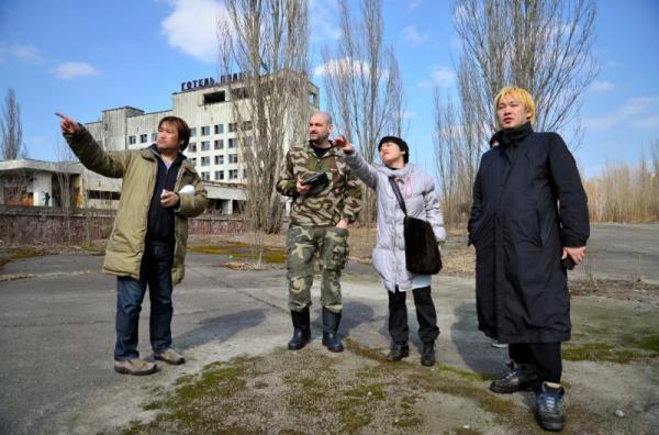 全住民が退避したチェルノブイリ原発近くの町プリピャチを見学する東浩紀さん(左)や津田大介さん(右)ら=2013年4月12日、チェルノブイリ