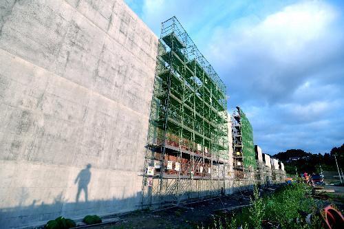 長部漁港沿いに建設が進む防潮堤=2015年9月16日、岩手県陸前高田市気仙町、福留庸友撮影