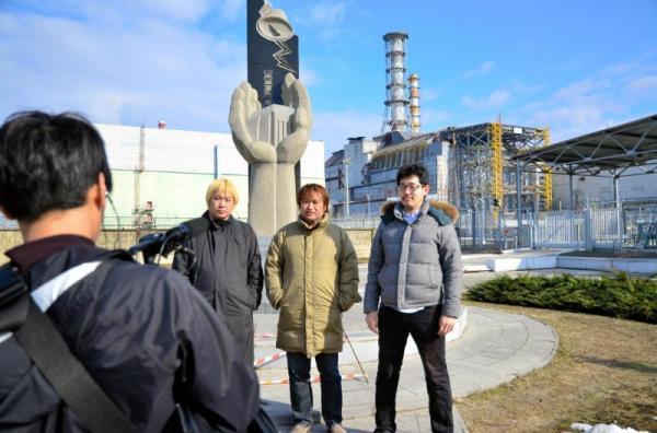 事故を起こしたチェルノブイリ原発4号炉前でDVD用のインタビューを収録する開沼博さん、東浩紀さん、津田大介さん(右から)=2013年4月11日、チェルノブイリ